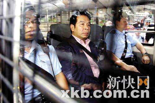 昨日上午,杨家诚(中)被警车押至东区法院提讯。