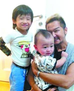 张柏芝出国后,她把两个儿子交给化妆师照顾,而谢霆锋已经一个多月未见孩子。