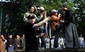 图文:陆川在陈独秀、李大钊演讲现场指挥各项准备工作