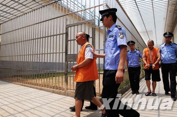 30日,警方在看守所提审团伙中的犯罪嫌疑人.-河南警方破获一起特图片