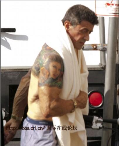 64岁史泰龙赤裸上身展示纹身 专家称其有皮肤病迹象(组图)