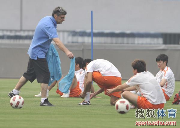 图文:[中超]鲁能备战深圳 马季奇分发号坎