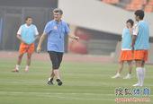 图文:[中超]鲁能备战深圳 马季奇观看训练