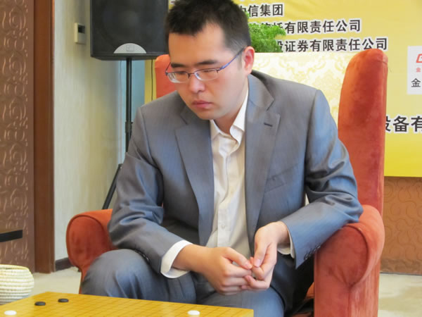 图文:围甲第九轮北京战重庆 柁嘉熹比赛中