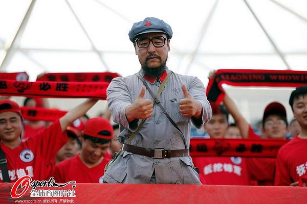图文:[中超]长春0-0辽宁 球迷竖大拇指