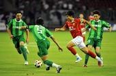 图文:[中超]杭州VS广州 郑智在比赛中带球进攻