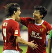 图文:[中超]杭州VS广州 克莱奥与郑智庆祝进球
