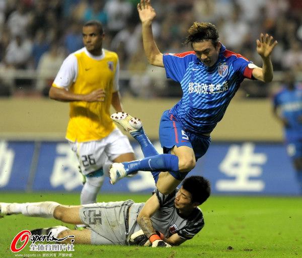 图文:[中超]上海0-1南昌 戴琳倒地