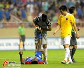 图文:[中超]上海0-1南昌 里亚抽筋