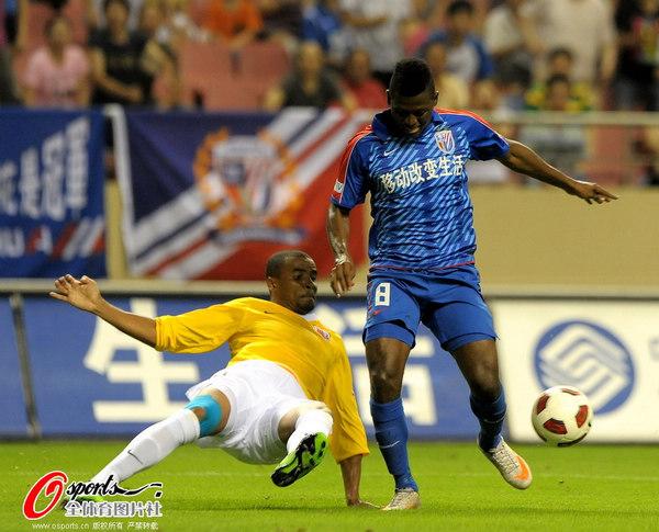 图文:[中超]上海0-1南昌 里亚突破