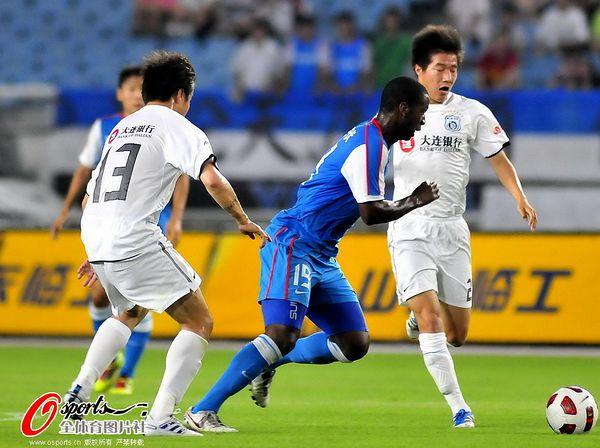 图文:[中超]江苏4-0大连 布鲁斯在比赛中
