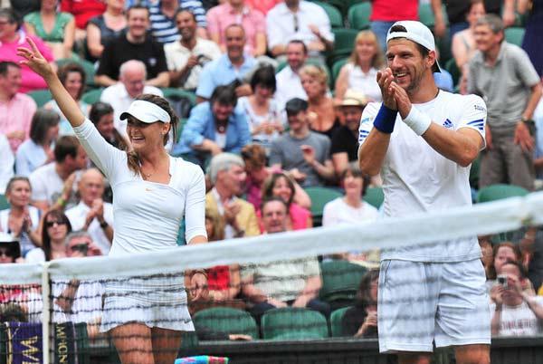 图文:梅尔泽贝内索娃混双夺冠 向观众致意