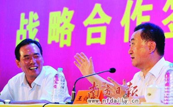 万达集团董事长王健林(右)带着巨资重回中国足球,主管足球项目的国家体育总局副局长蔡振华(左)自然眉开眼笑