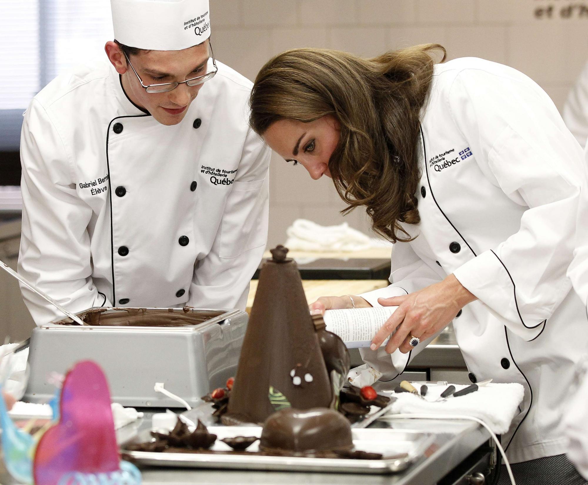 凯特中在向厨师们讨教做点心的经验。
