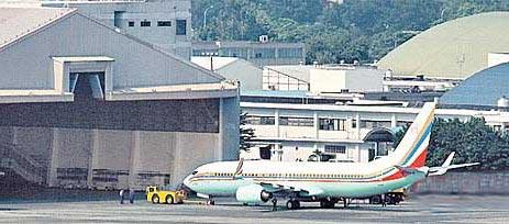 图为台空军一号停在机坪。台湾《苹果日报》