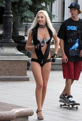 乌克兰街头金发美女穿着前卫大胆。