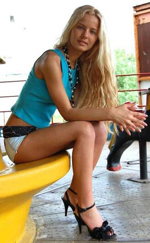 """要问白俄罗斯姑娘的最爱是什么,十个有八个都会说""""高跟鞋""""。走上白俄罗斯的街头,总能碰到时尚养眼的长腿白俄罗斯姑娘,踩着高跟鞋从眼前飘过。"""