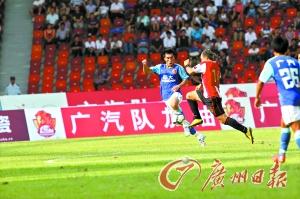 上赛季主场对阵成都谢菲联时,郑智(左)曾吃到红牌,此番再战,郑智的表现将是球迷关注的焦点之一。 本报记者 廖艺 摄