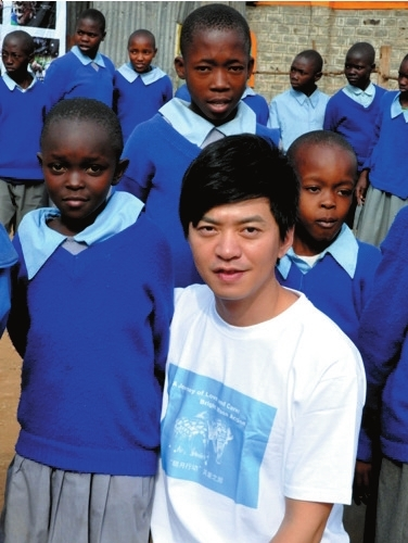 李健与非洲当地小朋友在一起。
