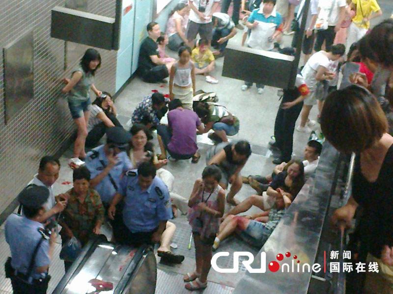 2011年7月5日上午9时36分,地铁四号线动物园站A出口上行自动扶梯发生故障,致23名乘客受伤。