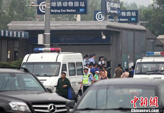 7月5日,北京地铁动物园站A出站口被封锁。当天,北京地铁4号线动物园站扶梯故障造成1死28伤。中新社发 苏丹 摄