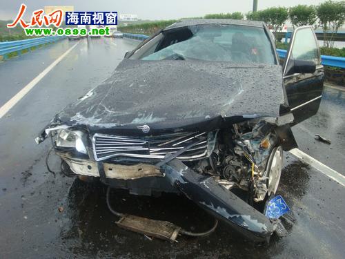 奔驰车前部受损