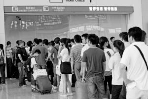 本报讯 (记者 左洋) 本来门口就有一家火车票代售点,可家住江岸区惠济路的付女士昨天却不得不赶到汉口火车站去买车票。