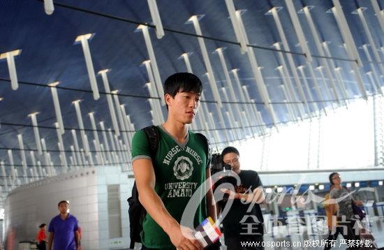 刘翔出征田径亚锦赛 只为热身不求四连冠 (点击观看更多精彩图片)