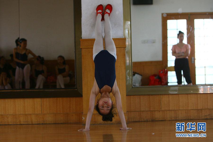 孩子们在练习舞蹈基本动作