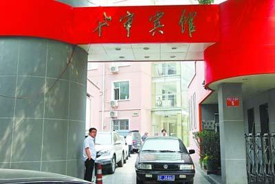 今天上午,位于人民医院附近的华审宾馆外松内紧。昨天4号线电梯事故中受伤的乘客大多住在该宾馆1号楼里。本报记者 刘平摄