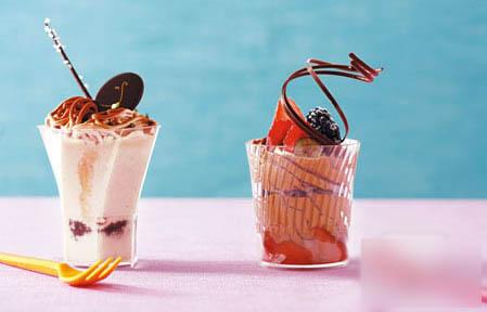 小巧精致的甜品杯—香甜绵绵的栗子杯($38)与香浓幼滑朱古力慕丝($38)都极具人气。(Smile)