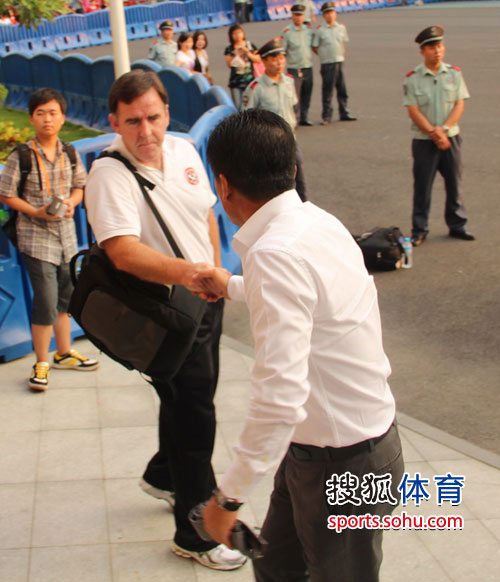 两队主教练握手