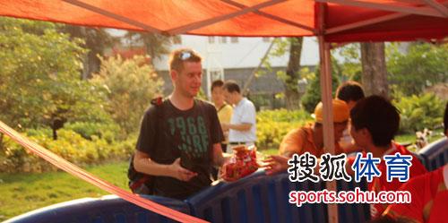 图文:[中超]广州VS成都 国外球迷助阵