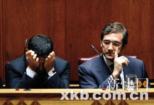 1日,葡萄牙总理佩德罗·帕索斯·科埃略(作)与外长保罗·波尔塔斯在首都里斯本在就财政紧缩计划听取反对派质询时面露难色。