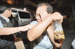 """塑毒案爆发后,续生产出货含有塑化剂浓缩果汁的供应商""""金果王""""负责人陈阿和(右),6日被诉,求处12年重刑。台湾《中国时报》"""