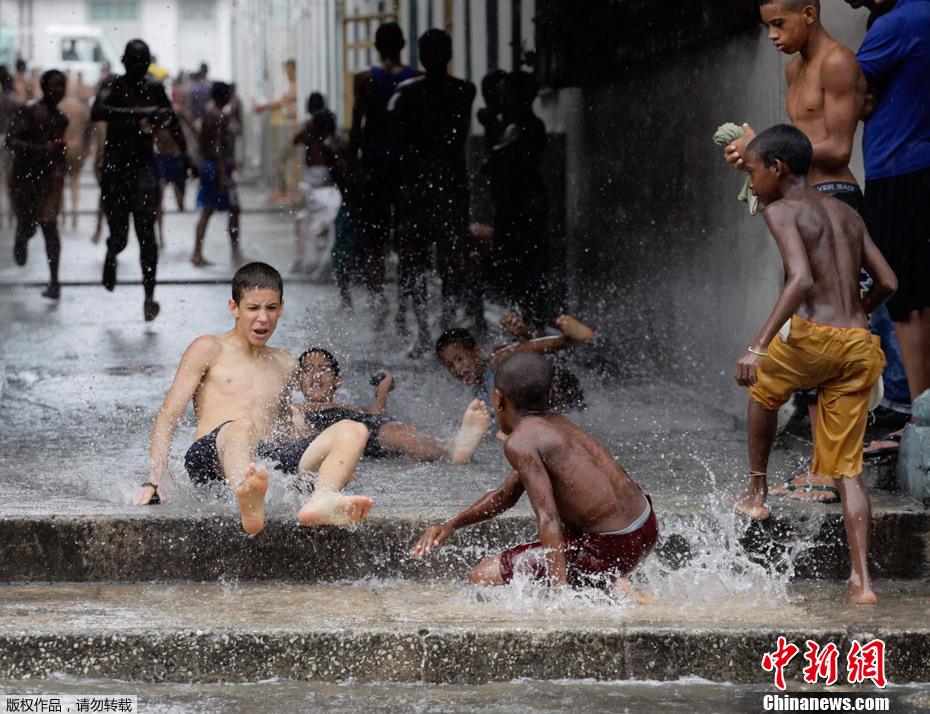 7月6日,古巴首都哈瓦那遭遇雷雨袭击,导致多处地区被淹。图为在雷雨来袭之前,一辆汽车驶过乌云密布的海滨大道。