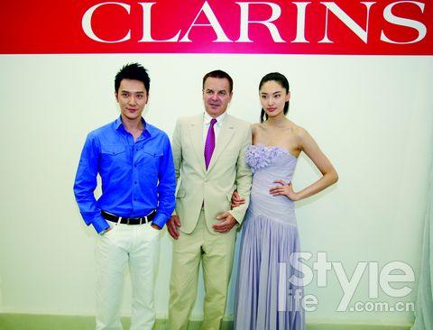 1.与国际名模陈碧舸一起成为娇韵诗的品牌推广大使。