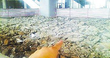 这就是施工现场,共计数千平方米地砖需要重新铺设。