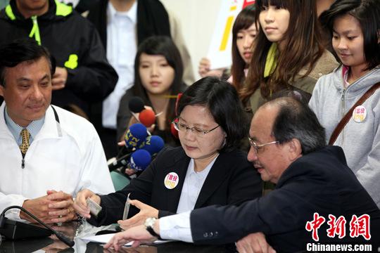 3月23日,民进党主席蔡英文(中)来到台北民进党中央党部,领表登记参加2012台湾当局领导人选举民进党党内初选。中新社发 董会峰 摄