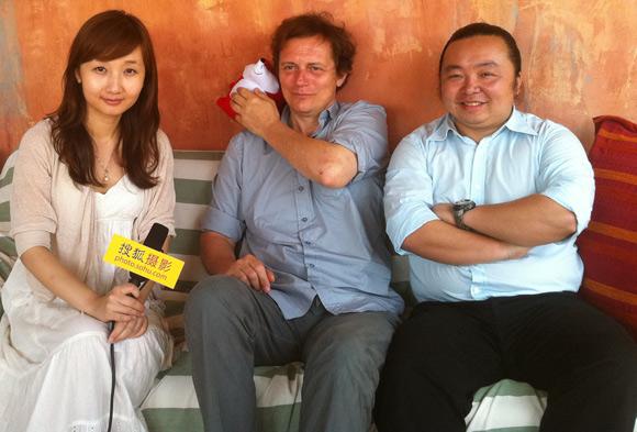 阿尔勒国际摄影节艺术总监于贝尔(中)
