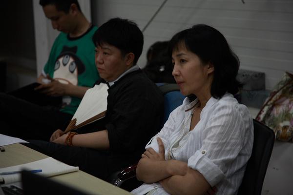 众多明星极高关注,在排练现场段奕宏、李承鹏和话剧主创们一起讨论的焦点是北京某四合院悲欢离合