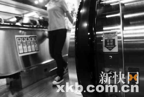 """广州地铁的紧急停止按钮无任何防护措施,但专家说为了急救不能加盖,只能是""""裸""""装。新快报记者毕志毅/摄"""