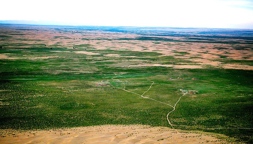 昔日暴虐无情的库布其沙漠在亿利人的不懈努力
