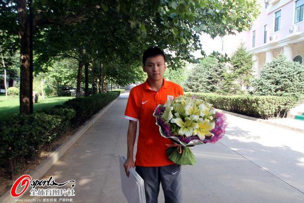 图文:[中超]鲁能小将过生日 接受球迷礼物