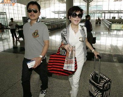 狄波拉与丈夫胡须Kong现身机场准备出发前往新加坡。