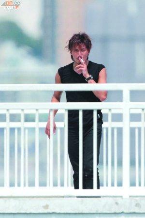 谢霆锋昨日在港拍广告间隙走开抽烟