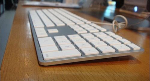 苹果有线键盘(可以看到非常的薄)