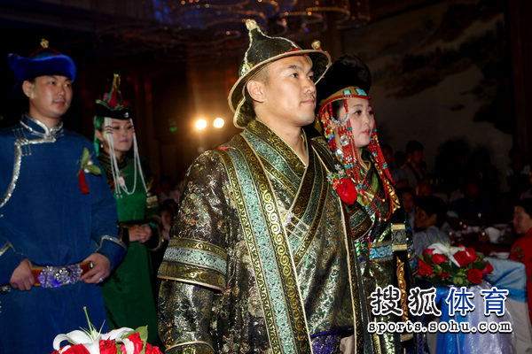 按照蒙古族传统举办婚礼.图为张铁泉婚礼现场精彩.(搜狐-李志岩图片