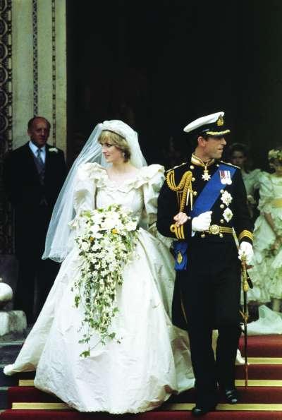 19岁的戴安娜与查尔斯王子的世纪婚礼引来无数人的关注,如今,佳人已逝