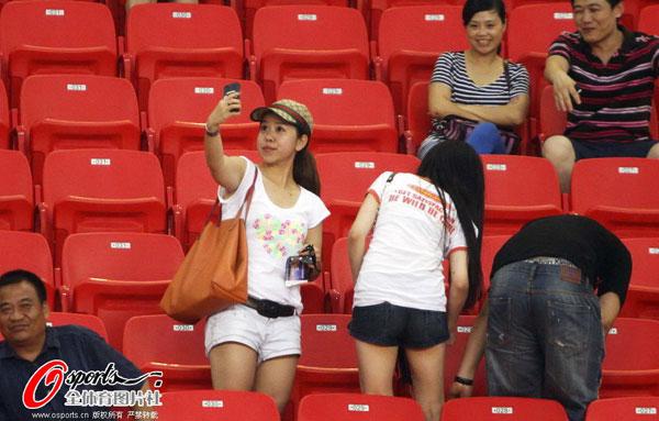 图文:[中超]深圳VS天津 女球迷看台自拍